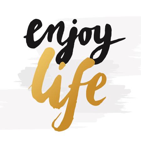 """Handgetekende woord """"geniet van het leven"""" in goud kleur. Inspirational citaat handgeschreven met gouden inkt. Custom belettering voor posters, t-shirts en wenskaarten. Vector kalligrafie op een witte achtergrond met borstel effect"""