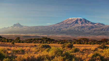 arid dry African savanna in late evening with Mount Kilimanjaro, highest peak i Africa. Amboseli National Park, Kenya Stockfoto