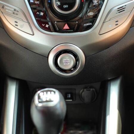 Moderner Autoinnenraum mit Motorstart-Stopp-Knopf im Fokus. Standard-Bild