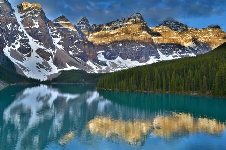 Lake moraine Sunrise, Banff, Canada Standard-Bild