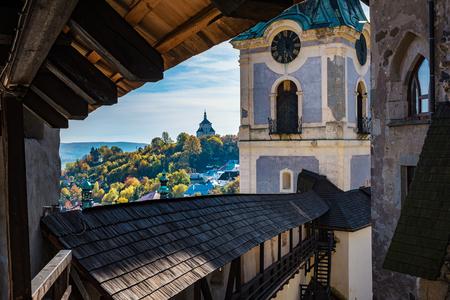 Banska Stiavnica, 슬로바키아, 유네스코의 가을 시간에 역사적인 벽을 내다 본다.