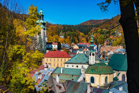 Herfst in de oude stad met historische gebouwen in Banska Stiavnica, Slowakije, UNESCO Stockfoto