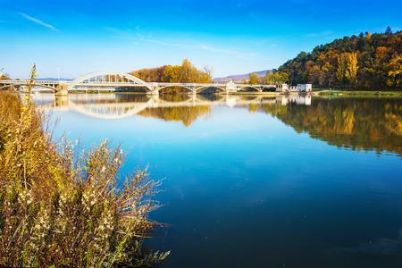 Brug in Piestany (Slowakije), Vah rive, blauwe hemel. kleurrijke herfst Stockfoto - 89910497
