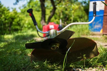 草カッターブラシの生い茂った草をトリミング カッター