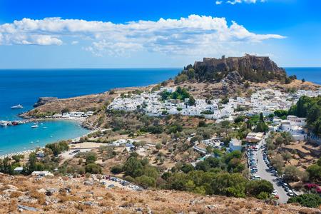 Gezicht op dorp, baai en Akropolis van Lindos (Rhodos, Griekenland) Stockfoto