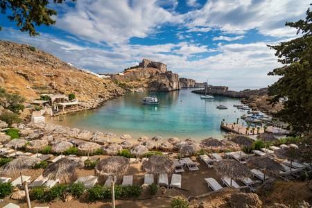 St. Paul Bay mit Booten, Lindos Akropolis im Hintergrund (Rhodos, Griechenland)