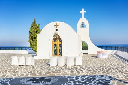 Hochzeitskapelle mit Meerblick auf dem Hügel in der Nähe von Faliraki (Rhodos, Griechenland)