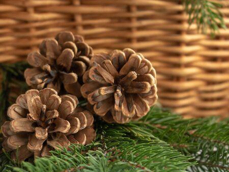 Tannenzapfen in einem Weidenkorb auf einem braunen background.chrismas Urlaub.