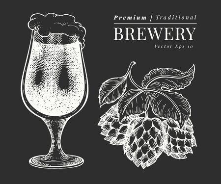 Bicchiere da birra e illustrazione di luppolo. Illustrazione disegnata a mano della bevanda del pub di vettore sulla lavagna. Stile inciso. Illustrazione d'epoca della fabbrica di birra.