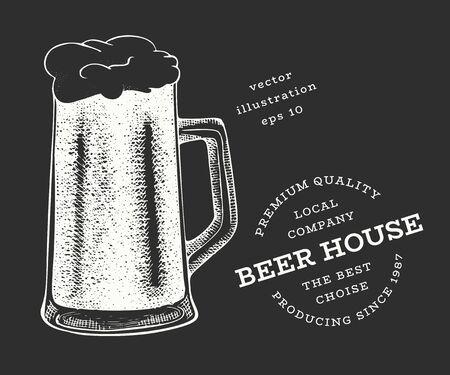 Beer glass mug illustration. Hand drawn vector pub beverage illustration on chalk board. Engraved style. Vintage brewery illustration. Ilustração