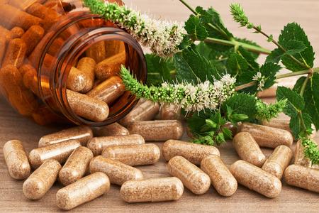 herbal medicinal  in capsules 版權商用圖片