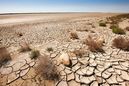 Aarde en zand woestijn met voetafdrukken vertrekkende
