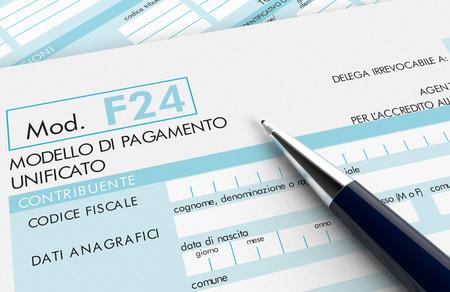 펜으로 이탈리아 세금에 대 한 F24 폼의 뷰를 닫습니다 (3d 렌더링)