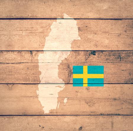 mapa de europa: Mapa de Suecia con la bandera en el fondo de madera (3d) Foto de archivo
