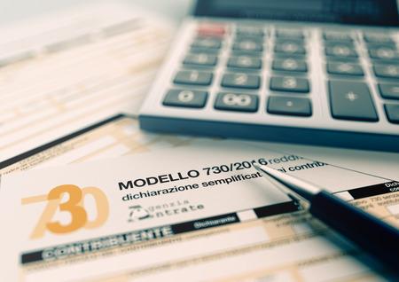 vista da vicino di 730 modulo per le imposte italiane, con una penna e un calcolatore elettronico (rendering 3d) Archivio Fotografico