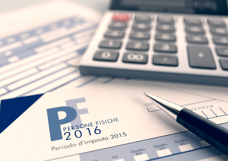 vista da vicino di modello UNICO per imposte italiane, con una penna e un calcolatore elettronico (rendering 3d)