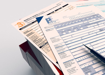 vista dall'alto di una pila di cartelle di file ufficio con moduli per imposte italiane e una penna (rendering 3d)