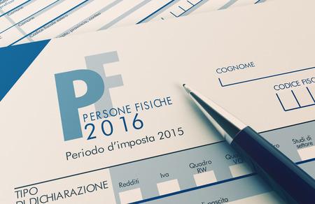 vista da vicino di modello UNICO per imposte italiane, con una penna (rendering 3d)