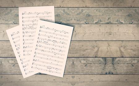 hoja en blanco: hojas de música en el fondo de madera, el espacio vacío a la derecha (3d)