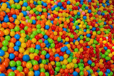 bola de billar: un mont�n de bolas de colores en una piscina de bolas parque infantil Foto de archivo