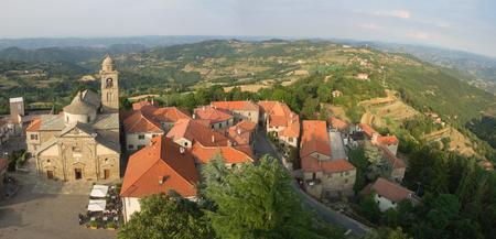 Vue aérienne du paysage pays Roccaverano et Langhe en arrière-plan. Église Santa Maria Annunziata à gauche