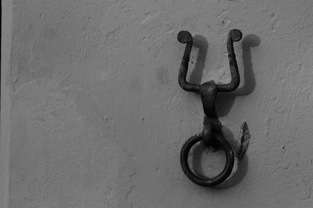 mules: Typical metal ring attached with a special nail to the wall of the facade of the house, and next to the door, served to tie the animals (horses, mules and generally mules and donkeys), waiting for loading or unloading, or while its owner was inside the ho