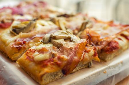 sabroso corte de pizza en pequeños cuadrados de comida italiana