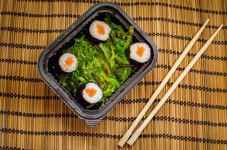 algas verdes: algas verde con sushi Foto de archivo