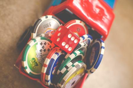 dadi e casinò gettoni impilati su una macchina giocattolo