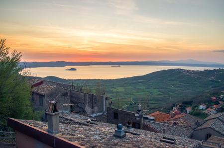 モンテフィアスコーネ村 - イタリア - ラツィオ州ヴィテルボの屋根からボルセーナ湖の夕日