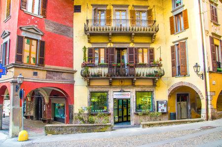 ピゾーニェ, イタリア - 2013 年 2 月 16 日: カラフルな昔の家とピゾーニェの街、イセオ湖エリア ブレシア県の歴史的中心部のお店