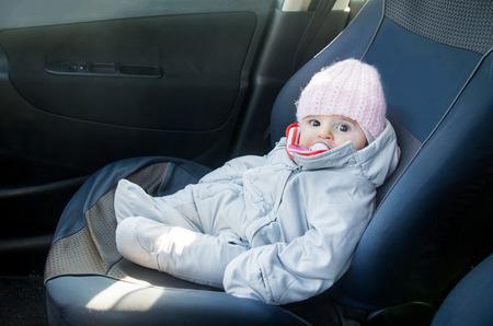 asiento coche: coche recién nacido, sentada asiento delantero mono vestido de invierno Foto de archivo