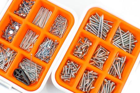 tornillos: naranja tornillos de la caja de herramientas uñas fondo blanco textura