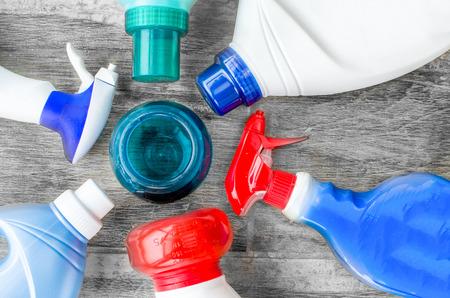 lavando ropa: detergentes, suavizantes y dosificación cucharada bola líquida para el lavado de ropa