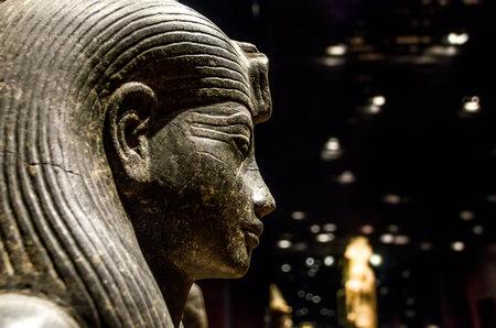 彼はトリノのエジプト博物館のエジプトのスフィンクス像のトゥーリン, イタリア、2013 年 3 月 8 日: プロファイル 報道画像