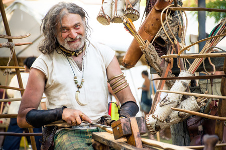 trinchante: Monterenzio, Italia 09 de Julio de 2016 - un artesano tallador de madera dan cuenta de las armas durante un festival celta
