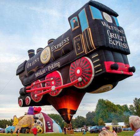 treno espresso: Ferrara, Italia 16 set 2016 - Un Forme speciali baloon aria calda ispirata al famoso treno Orient Express al Ferrara Balloons Festival Editoriali