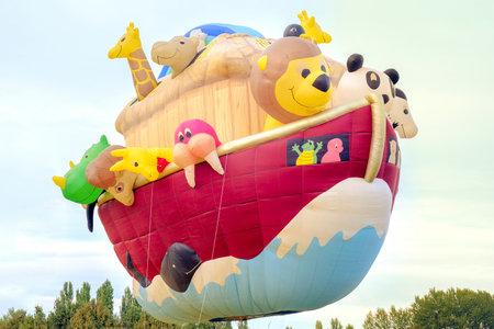 Ferrara, Italia 16 de septiembre de 2016 - gigante globo de aire caliente en forma de arca de Noé en el Festival de Ferrara hincha 2016