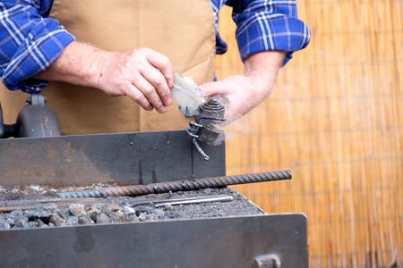 trabajo manual: trabajo hecho a mano el trabajo del hierro caliente