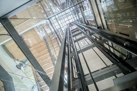 transparent lift modern elevator shaft glass building Stockfoto