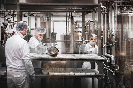 ボローニャ、イタリア 7 Dic 2017 の Fico けれど世界でリコッタ チーズを準備するチーズ工場の労働者