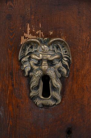 sculpted: oude gebeeldhouwde koperen sleutelgat Stockfoto