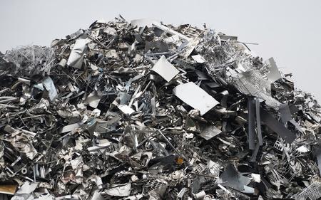 Gran pila de aluminio y materiales ferrosos. Chatarra lista para reciclar