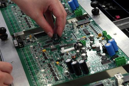 montaje: montaje manual de la tarjeta de componentes electr�nicos
