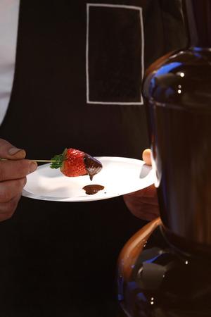 chocolate derretido: fresas con chocolate derretido en la placa