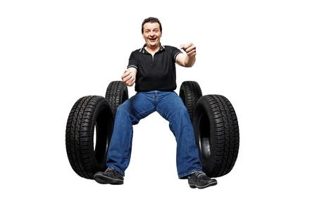 řidič: Šťastný řidič s novými pneumatikami izolovaných na bílém pozadí Reklamní fotografie