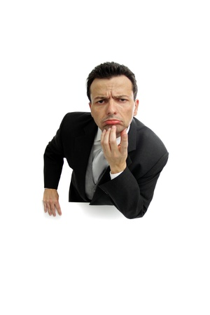 desconfianza: Lleno de dudas y desconfianza sobre fondo blanco