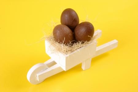 carretilla de mano: Foto del huevo de Pascua blanco carretilla de mano