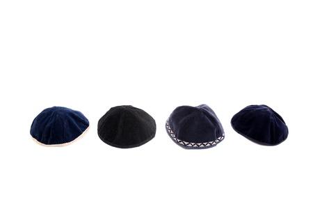 kippah: Una kip� es una peque�a tapa (cubierta principal), es un casquete delgado, ligeramente redondeado usado tradicionalmente por los hombres jud�os observadores.