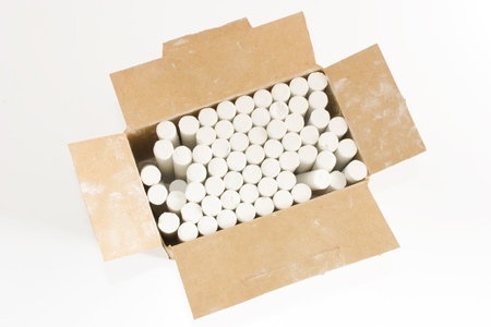 white chalks: Foto de tizas blancas en una caja